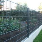 Zaun mit aufgedübelten Pfosten